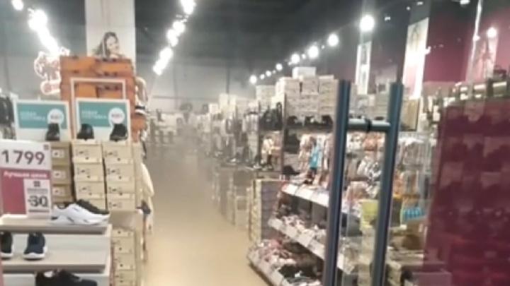 Туман стоял между стеллажей: в Ярославле задымился торговый центр