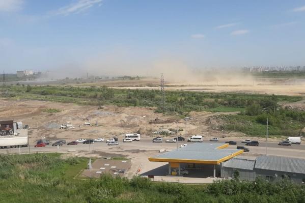В Дивногорском из-за ветра поднялась песчаная буря