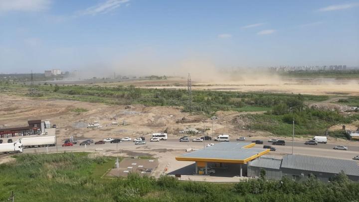 В Новосибирске началась песчаная буря — фото и видео, как сильный ветер сносит деревья и остановки