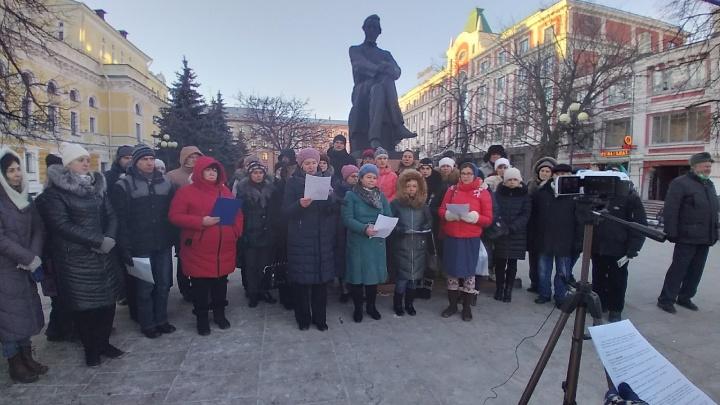 «Прекратить преступный эксперимент». Противники дистанта провели акцию протеста в Нижнем Новгороде