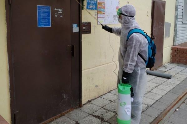 Компания Самкаева «Эсфинанс», получившая контракт на дезинфекцию всех домов Тюмени, провалила задачу в апреле. Именно поэтому обрабатывать подъезды после стали специалисты УК