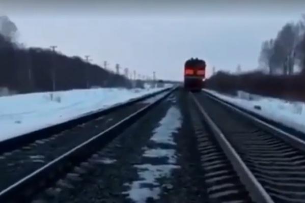 Машинист не смог сразу остановить поезд