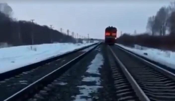 В Башкирии поезд на скорости протаранил автомобиль, очевидцы сняли видео