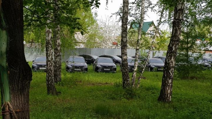 Фары без фанфар. В челябинском лесу нашли десятки новых правительственных иномарок