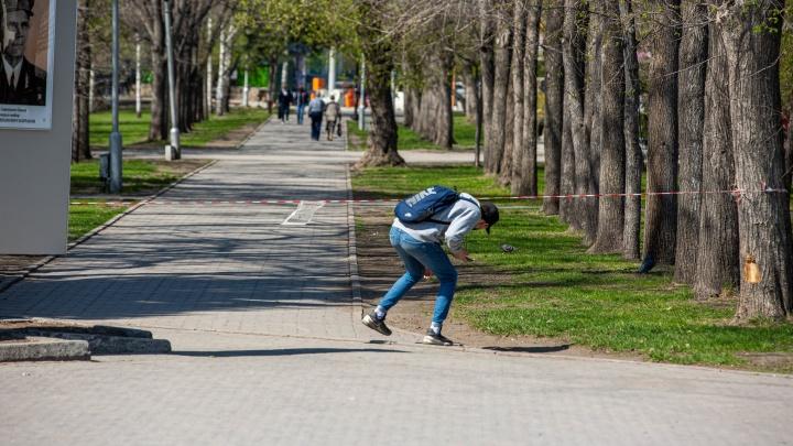 Город в сигнальных лентах: подсматриваем, как новосибирцы пробираются в закрытые парки