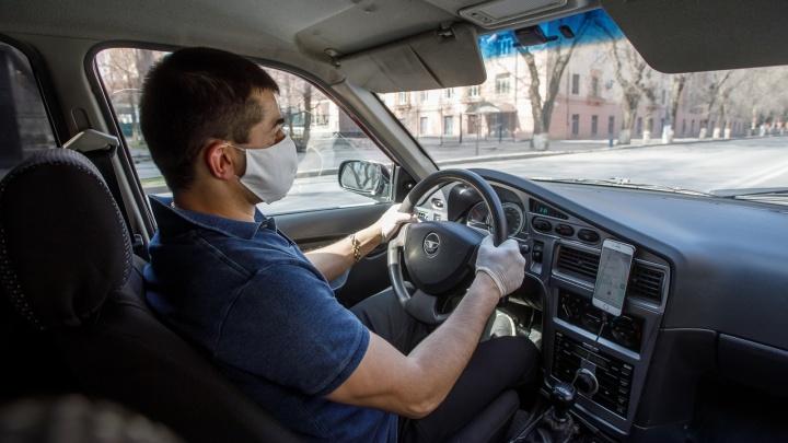 Носить маски и дезинфицировать салоны: Роспотребнадзор рассказал о работе такси во время эпидемии коронавируса