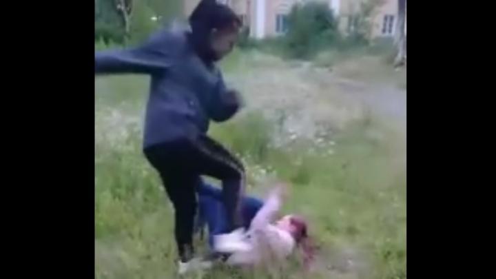 В Красноуральске сняли на видео, как 15-летняя девочка забивает другую ногами