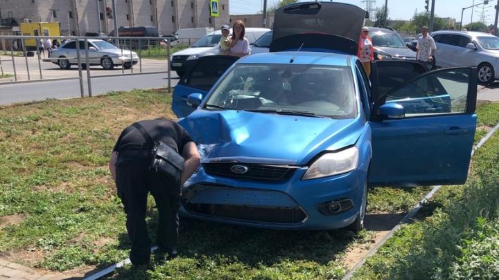«Водитель отвлеклась на телефон»: на Ташкентской на трамвайных рельсах столкнулись два авто