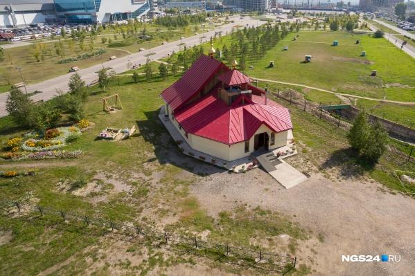 Сейчас на месте будущего храма на огороженном участке стоит временная часовня Александра Невского