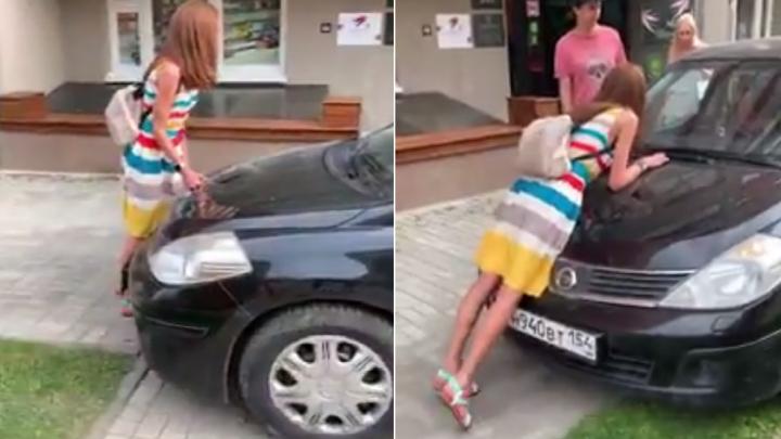 Дорожные войны. Смотрим, как автохам на тротуаре пытается задавить девушку, преградившую ему путь