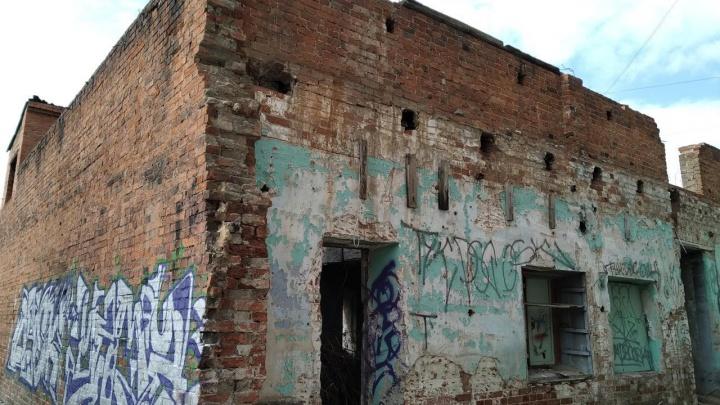 Не тот дом: в мэрии Екатеринбурга объяснили, почему здание на Малышева продают по цене однушки