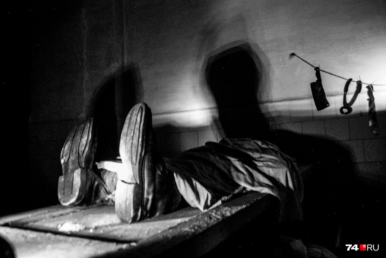 Это одна из постановок в потайной комнате, куда ведёт узкий ход через стенной шкаф. К реальным событиям отношения не имеет, но будоражит интерес поискать мрачные тайны этого места
