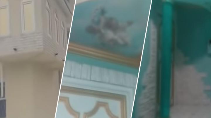 Соседка уральца, который украсил вход в свою квартиру колоннами и фреской с богами, рассказала о нем