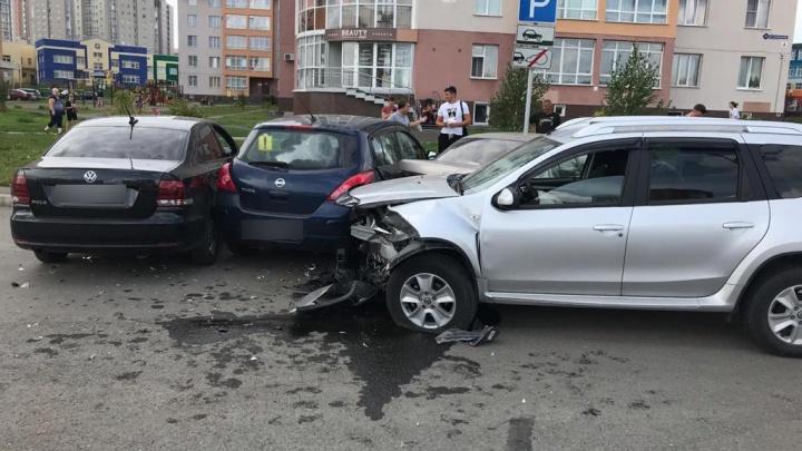 В Кемерово 5 автомобилей врезались друг в друга, момент ДТП попал на видео