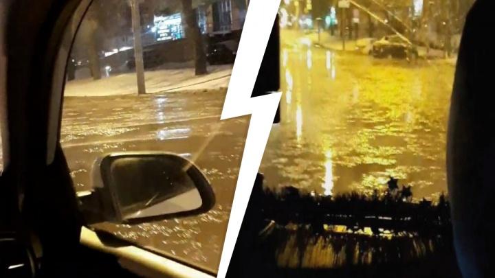 Ну что, поплыли? В Екатеринбурге водителям пришлось рисковать машинами, чтобы проехать по затопленной улице