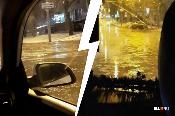 Водителям пришлось проезжать затопленный участок дороги, рискуя, что авто получит гидроудар