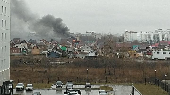 В Ленинском районе загорелся частный дом с газовыми баллонами внутри