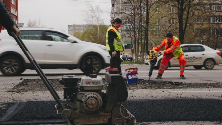Челябинцев ждут ровные дороги: крупный подрядчик ведёт ямочный ремонт сразу в 5 районах города