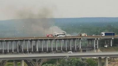 На Борском мосту сгорел автобус. Пробка растянулась на несколько километров