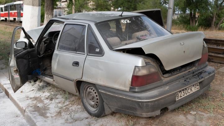 У водителя разбита голова, увезли на скорой: на проспекте Ленина иномарка влетела в столб