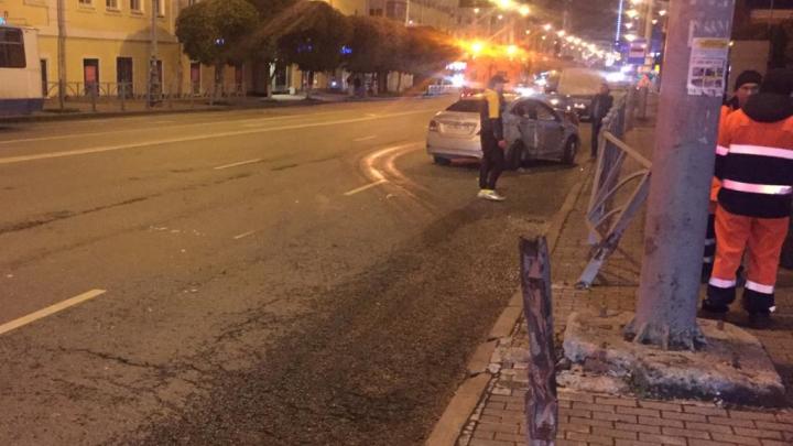 «Она подлетела»: в центре Екатеринбурга в столкновении двух автомобилистов пострадала пешеход
