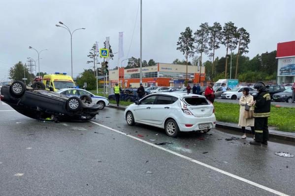 ВодительVolkswagen не затормозил на перекрестке, врезался в соседа по полосе и перевернулся