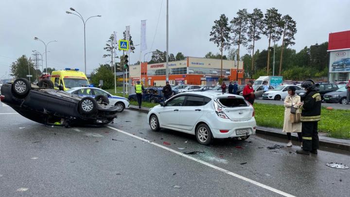 В Екатеринбурге Volkswagen на перекрестке влетел в ВАЗ и перевернулся. Столкновение попало на видео