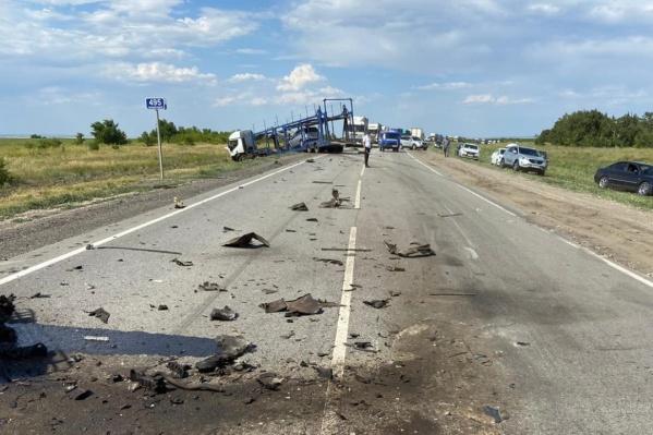 Детали разбитых машин разбросаны на десятки метров