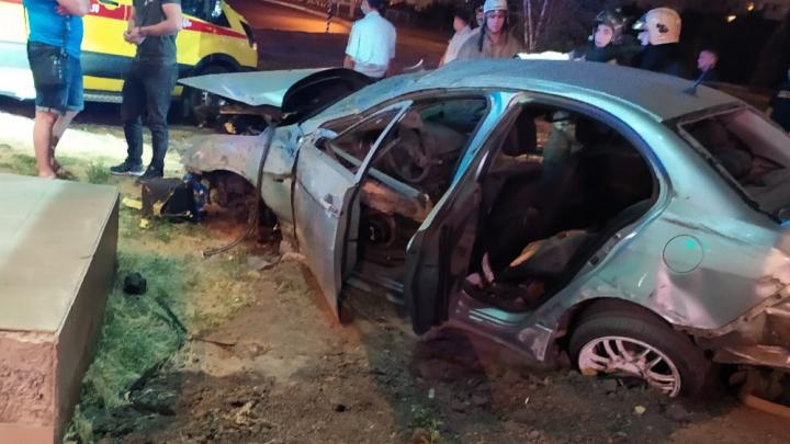 Молодой водитель насмерть разбился возле метромоста минувшей ночью