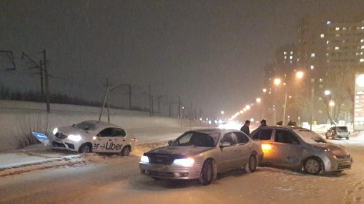 Три автомобиля столкнулись в Первомайском районе— один от удара отбросило в дорожный знак на обочине