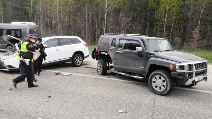 На трассе под Екатеринбургом дедушка за рулем Opel вылетел на встречку и снес два внедорожника