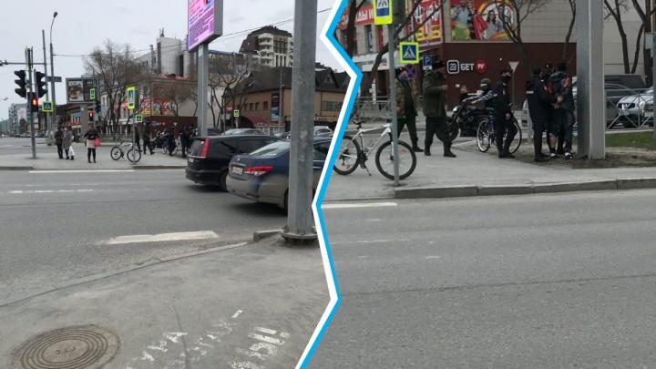 Не поделили дорогу: разозлившийся таксист гнался за велосипедистом от ж/д вокзала до центра Тюмени