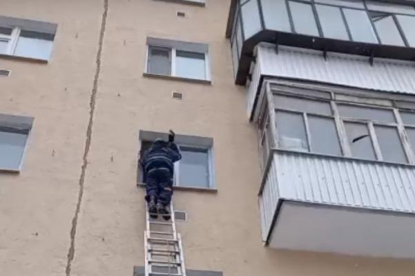Пришлось ломать окно: в Кургане спасатели помогли мужчине с инсультом