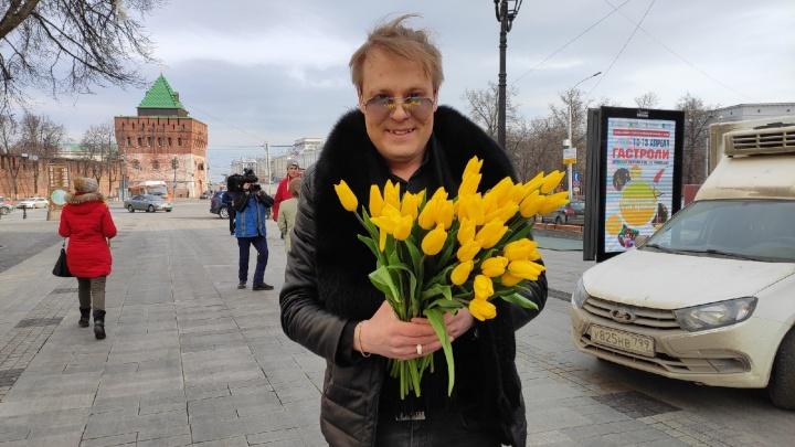 Коммунальщики с цветами на Покровке: собираем самые креативные поздравления нижегородок на 8 Марта