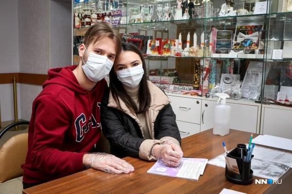 Для многих пар даже коронавирус не стал помехой в заключении законного брака