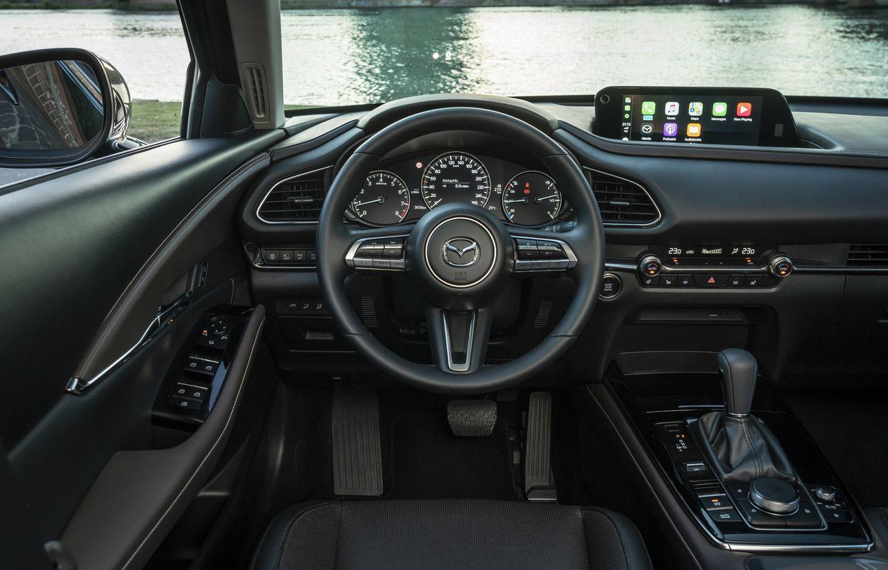 Интерьер очень похож на салон Mazda3