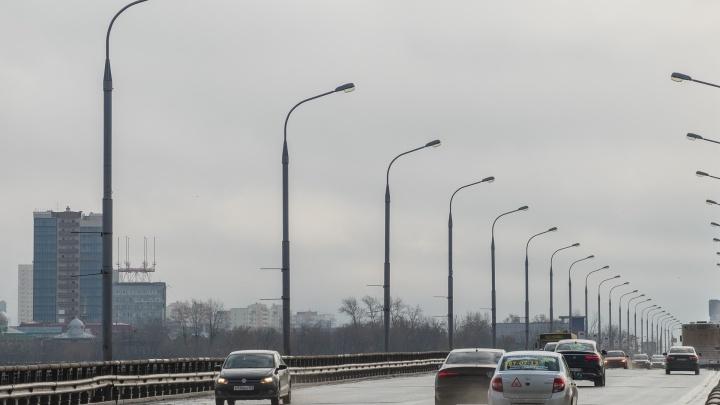 В Перми дорожники перекрыли полосу Коммунального моста