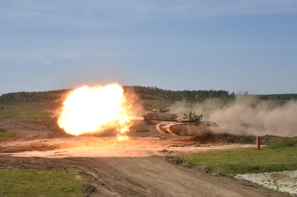 В Екатеринбурге военные покажут одновременный прыжок трех танков