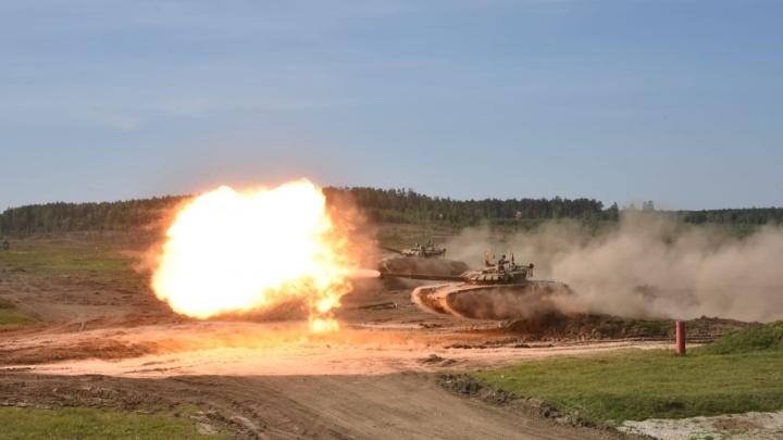 120 тонн в полете: уральские танкисты совершили синхронный прыжок на трех Т-72