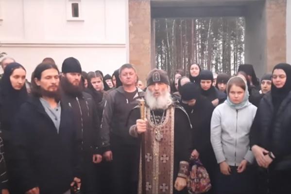 Отец Сергий попросил благословения у святых