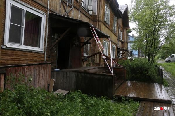 Дома в Архангельске горят и сходят со свай, но расселять жильцов некуда