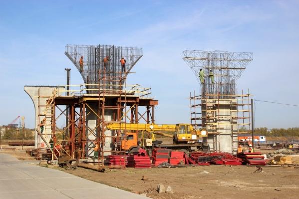 Дорожники построили уже 13 опор моста из 27