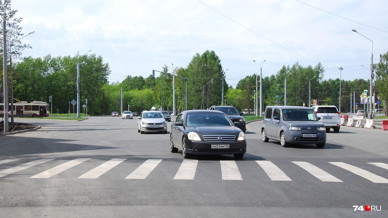 Даже в относительно тихий час машины едут по диагонали, не особенно соблюдая разметку. Место и в самом деле не совсем логичное