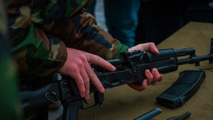 В Таганроге два таможенника пропустили в страну украинца с гранатами и автоматами