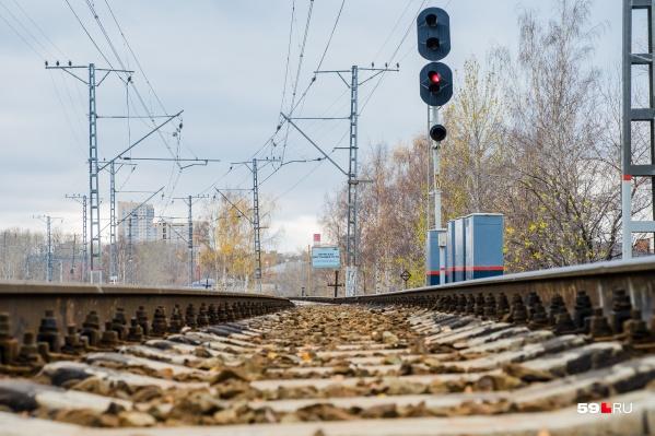 Мужчина на костылях принял необдуманное решение и пошел через железнодорожные пути перед приближающимся поездом