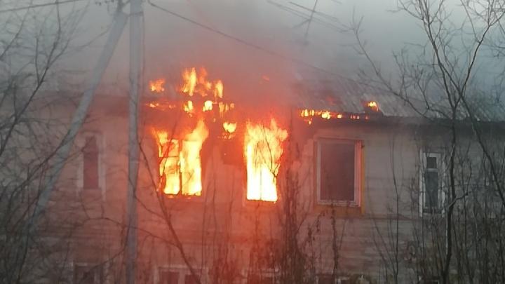 «Выносили дедушку»: на Сульфате горела деревянная двухэтажка