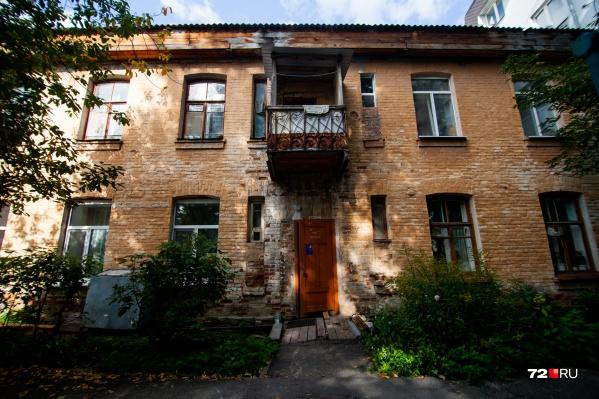 Дом на Челюскинцев, 57 построен в 1928 году. Его собрали из кирпичей сгоревшего театра