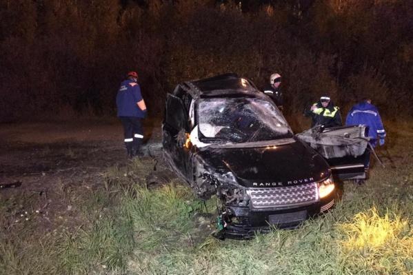 Range Rover после удара перевернулся. Одно из колес улетело в лес