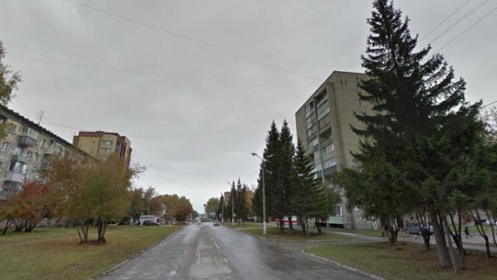 В Бердске с шестого этажа выпала девушка — она упала на мужчину, который стоял внизу
