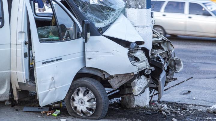 В Волжском междугородняя маршрутка с пассажирами врезалась в столб